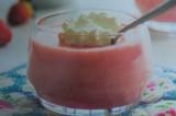 Postre frío de queso y frutillas